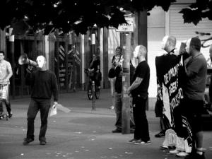 Solche Bilder gehen in der Republik herum. Kann man für die Wirkung des Transparents auf durchschnittliche Bürger trotz aufsehenerregender weißer Masken nicht eher schwarz sehen...?